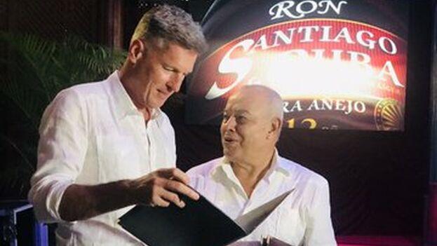 Diageo firmó este lunes con Cuba Ron la constitución de una empresa mixta para la distribución mundial de la bebida. (@UKinCuba)