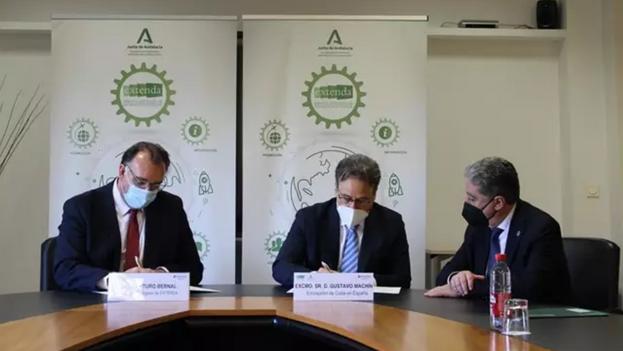 El consejero delegado de Extenda, Arturo Bernal, y el embajador de Cuba en España, Gustavo Machín Gómez, en la firma del acuerdo. (Junta de Andalucía)