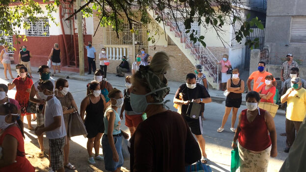 En Holguín, a diario se hacen largas filas frente a las tiendas o mercados, especialmente si se ha corrido el rumor de que algún establecimiento pondrá a la venta un producto muy demandado o ausente por semanas. (Fernando Donate)