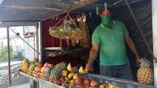 Maikel López tiene un pequeño puesto de venta de frutas y viandas que abastece a su vecindario. (14ymedio)