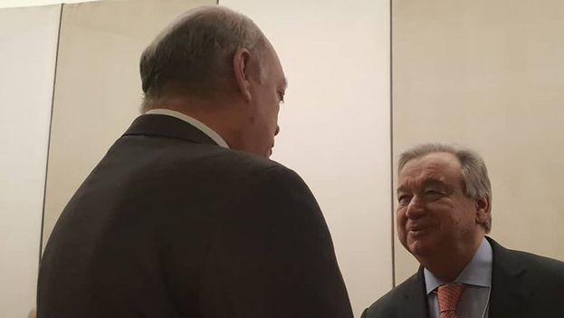 Rodrigo Malmierca saluda a Antonio Guterres, secretario general de Naciones Unidas, en Davos (Suiza). (@R_Malmierca)