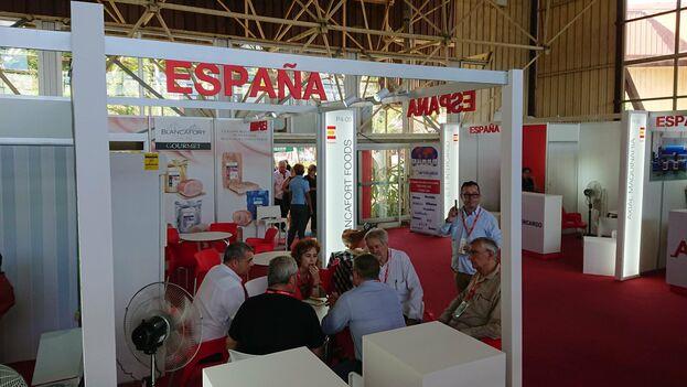 María Peña, consejera delegada de ICEX, visita los stands de las empresas del Pabellón Oficial España en el recorrido de la delegación. (@ICEX_)