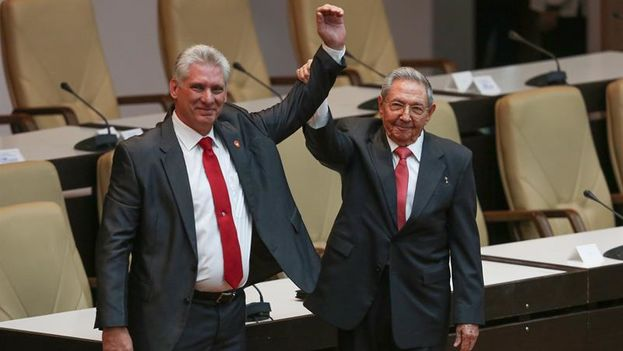 El primer secretario del Partido Comunista de Cuba y expresidente Raúl Castro levanta el brazo de Miguel Díaz-Canel tras su nombramiento. (EFE/Alexandre Meneghini)