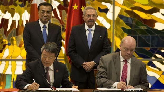 Raúl Castro y funcionarios chinos durante la firma de un protocolo para la condonación de la deuda cubana en La Habana. (EFE Archivo)