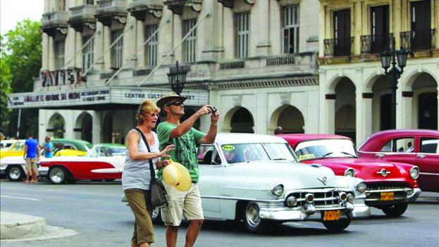 Las selfies de los turistas que llegan de Estados Unidos frente a edificios ruinosos y coches antiguos ya se han vuelto cotidianos. (EFE)
