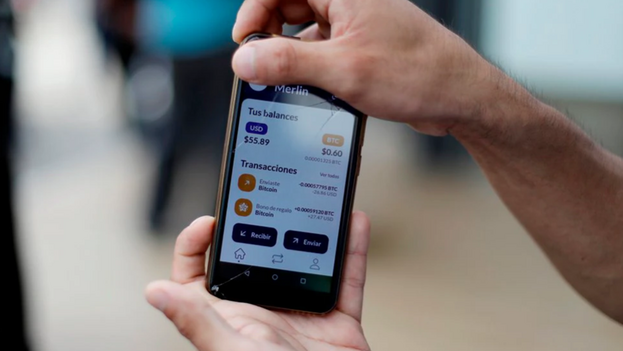 Vista de un móvil con la aplicación Chivo Wallet, con la que se realizan transacciones con bitcoins. (EFE/Rodrigo Sura/Archivo)