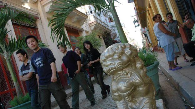 El número de turistas chinos que llega a Cuba lo hace a través de otros países y no del vuelo directo Pekín-La Habana. (EFE)