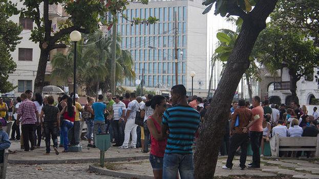 Exterior de la Sección de Intereses de Estados Unidos en La Habana. (14ymedio)