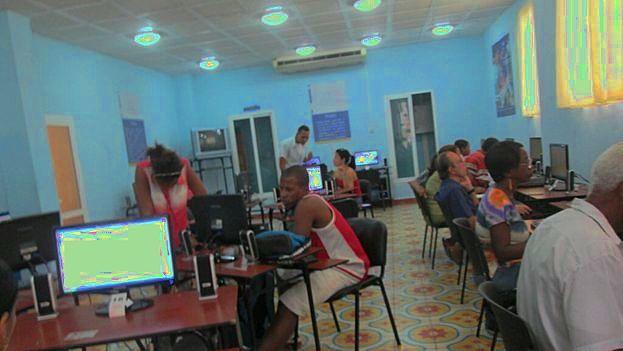 An Internect connection room in Santiago de Cuba. (Yosmani Mayeta / 14ymedio)