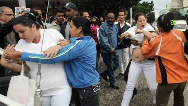 Members of State Security arrest women from the Ladies in White organization (Ernesto Mastruscusa/EFE)