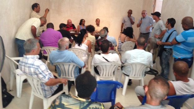 "Cuban activists in the meeting on Monday at the headquarters of ""Hannah Arendt Institute of Artivism.""(14ymedio)"