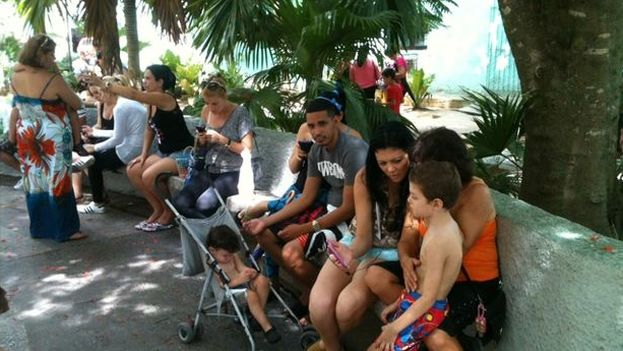 Several people connected to the WiFi from the center of Pinar del Río. (14ymedio)