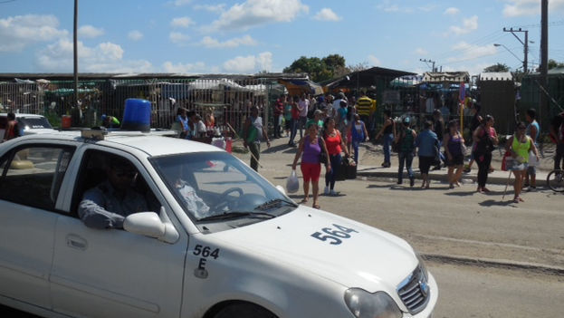 The police pass by often while overseeing legal sales in the market (14ymedio)