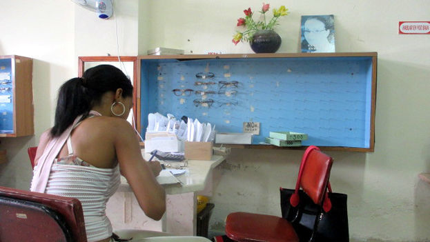 In the opticians on Martí Street in the provincial capital, the supply of frames is as low as in the rest of the province (Fernando Donate / 14ymedio)
