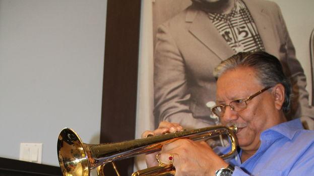 El trompetista tocando en un estudio. (Archivo A. Sandoval)
