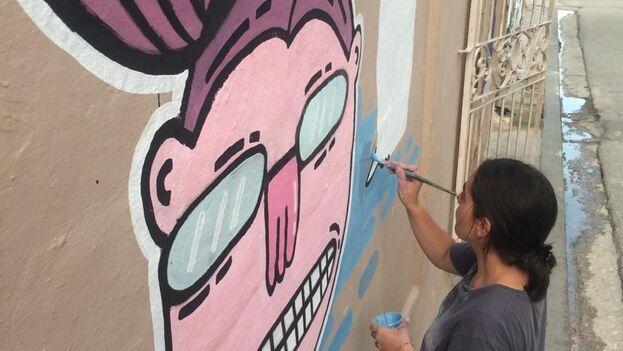 """Carmen Barruecos, """"Fulana"""", en plena acción, en una pared de La Habana. (14ymedio)"""