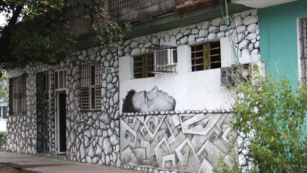 Casa donde vive Máisel López, decorada con su autorretrato. (Luz Escobar)