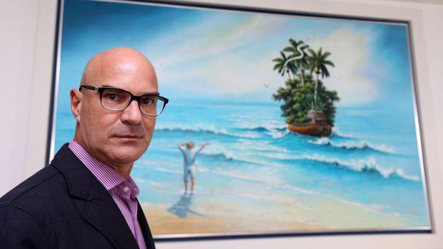 Rubén Cortés, delante del cuadro 'Nostalgia sin lágrimas', del pintor Esteban Machado. (Cortesía)