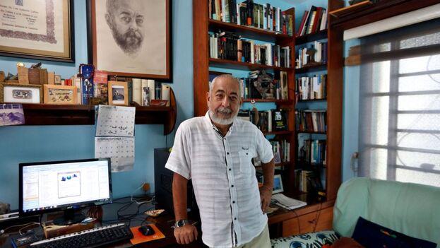 Efe entrevista a Padura en su hogar, ocupa el humilde segundo piso de una casa compartida de Mantilla, el barrio habanero que lo vio crecer, también como escritor. (EFE)