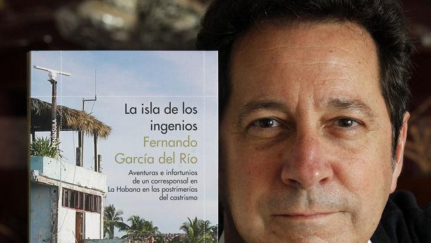 Fernando García posa con un ejemplar de su libro 'La isla de los ingenios'. (F.G.)