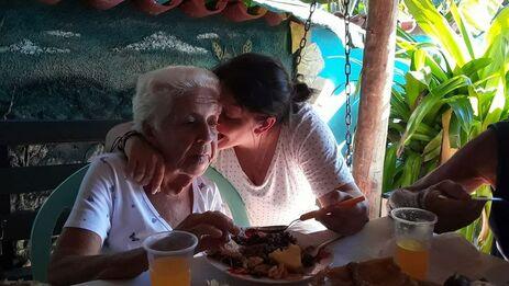 Jennifer Pérez se encuentra con su abuela en Cuba. (Cortesía J.P.)