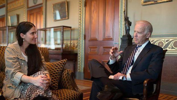 Joe Biden dureante la entrevista con Yoani Sánchez. (14ymedio