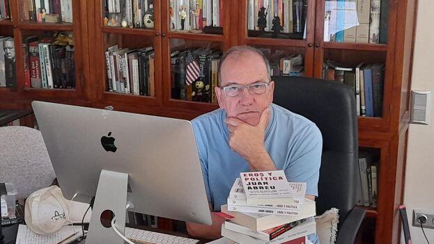 El escritor y pintor Juan Abreu, en su casa de Barcelona. (Abril/María)