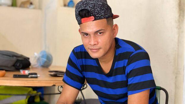 Landy Fernández Elizástegui, hermano de Luis Robles Elizástegui, encarcelado por enarbolar un cartel donde pedía la liberación del rapero Denis Solís. (14ymedio)