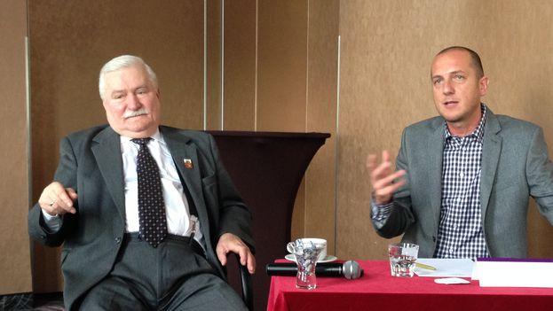 Lech Walesa durante la conversación con activistas cubanos y junto a su traductor