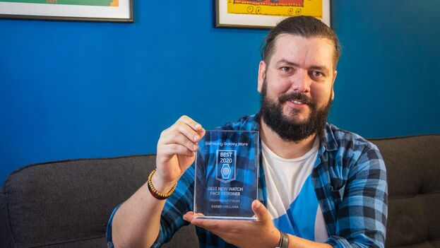 El cubano Rainer Orellana Yedra, residente en Uruguay, ganador de uno de los Premios Galaxy Store 2020 de Samsung por diseñar esferas de relojes. (Cortesía)