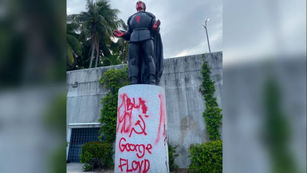 Estatua de Cristóbal Colón vandalizada en Miami. (Departamento de Policía de Miami-Dade)