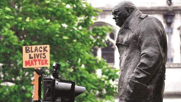 Estatua de Winston Churchill vandalizada en Londres. (EFE)