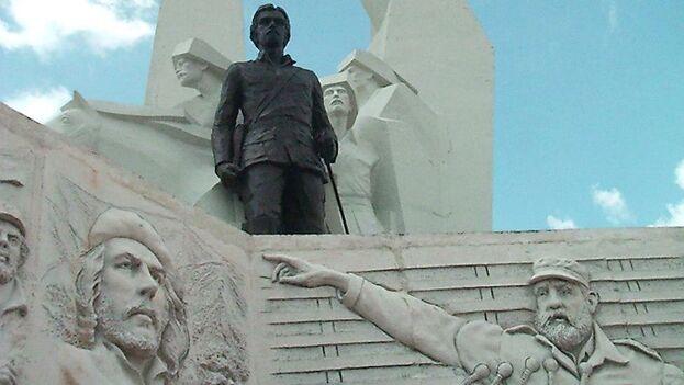 Bajorrelieve de Fidel Castro en la Plaza de la Revolución Ignacio Agramonte, en Camagüey. (Mi comarca/Aymee Amargós Gorrita)