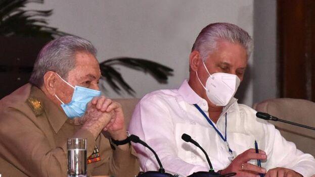 Raúl Castro y Miguel Díaz-Canel durante el Octavo Congreso del Partido Comunista de Cuba. (Estudios Revolución)