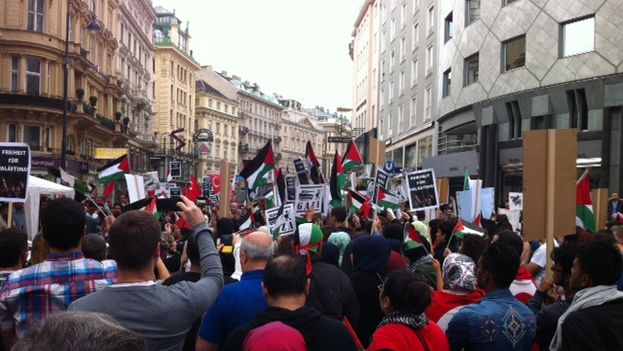 Manifestantes propalestinos en una calle de Viena. (Luz Escobar)