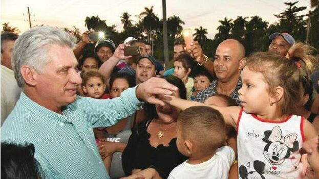 Miguel Díaz-Canel saluda a la multitud en esta imagen publicada por la prensa oficial. (Granma)