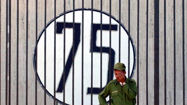 Un soldado cubano monta guardia junto a la Oficina de Intereses de Estados Unidos en Cuba donde se ha colocado un cartel con un número 75 en solidaridad con los 75 disidentes detenidos en la Primavera Negra. (EFE)