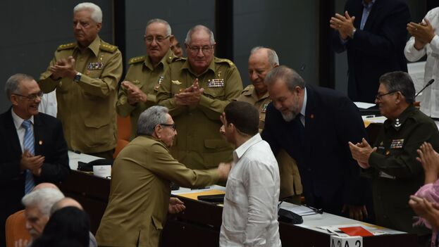 La migración de uniformes verde olivo a trajes de cuello y corbata nos ha dejado con los más suculentos sectores de la economía nacional en manos de militares. (ACN)