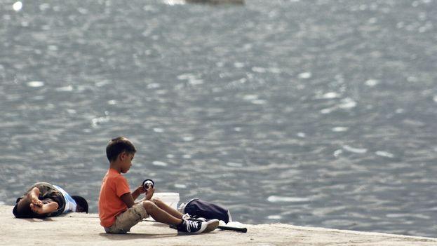 Un niño frente al mar. (14ymedio)