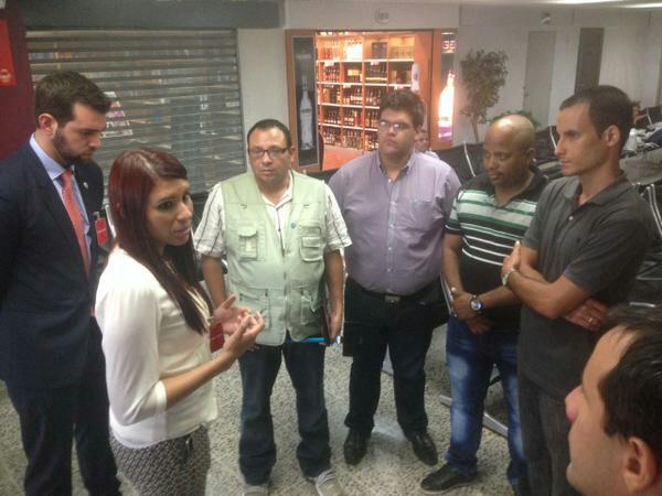 La diputada salvadoreña de ARENA Martha Evelyn Batres reunida en el aeropuerto con los opositores cubanos. (Twitter/@Tita_Batres)