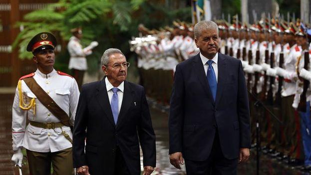 El primer ministro argelino Abdelmalek Sellal visitó Cuba en octubre de 2016 para presidir la firma de nueve acuerdos bilaterales y se reunió con Raúl Castro. (EFE)