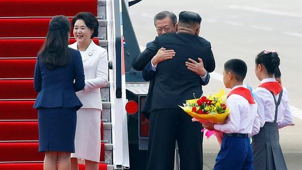 Abrazo entre los líderes coreanos durante la cumbre en Pyongyang. (EFE/PYOENGYANG PRESS CORPS)