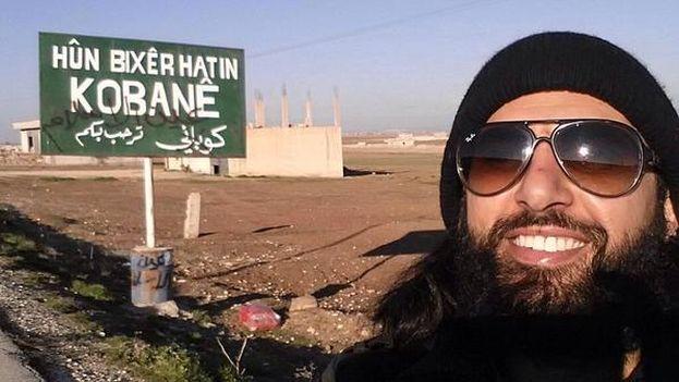 Son muchos los yihadistas aficionados a presumir sus selfis en redes sociales, como este tunecino, Abu Ahmed, autofotografiado en Kobané, Siria. (Twitter)