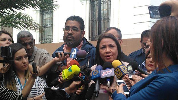 La diputada de Acción Democrática, Dennis Fernández, a la salida del Parlamento venezolano este lunes. (@adennisf)