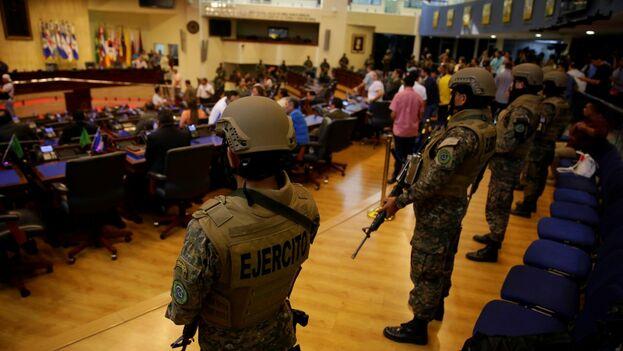 Acompañado por decenas de militares con armas de asalto, y encomendándose a las presuntas enseñanzas de Dios, Bukele irrumpió este domingo en el Congreso amenazando a los diputados. (EFE)
