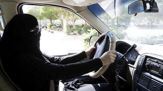 Activistas de los derechos de las mujeres han hecho campañas desde hace años para revertir la prohibición, que ha llevado al arresto de decenas de saudíes que se han atrevido a conducir. (EFE)