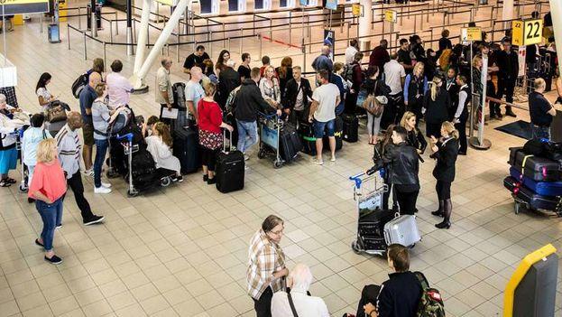 Los cubanos varados en el Aeropuerto de Ámsterdam-Schiphol correng el riesgo de ser deportados a la Isla. (EFE)