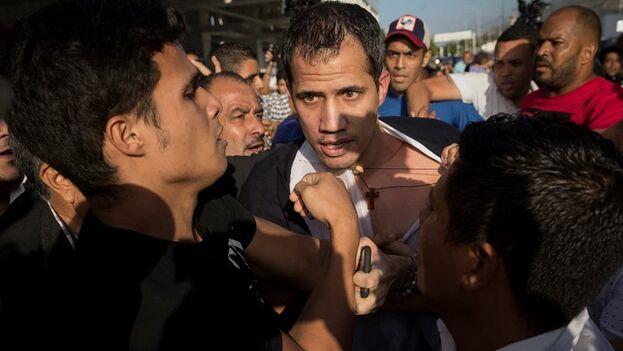 Juan Guaidó llega al Aeropuerto Internacional de Maiquetía Simón Bolívar, este martes en Caracas. (EFE/ Rayner Peña)