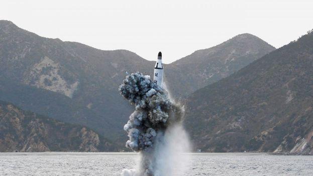 Una prueba submarina de un misil balístico estratégico submarino en una foto sin fecha publicada por la Agencia Central de Noticias de Corea del Norte (KCNA)
