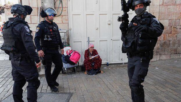 Agentes de policía israelíes en torno a la puerta de Damasco, donde este lunes se enfrentaron de nuevo a activistas palestinos. (EFE/EPA/Atef Safadi)